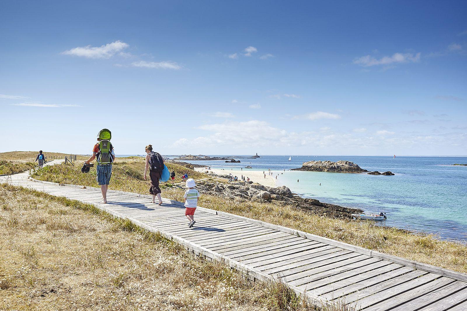 Famille qui se balade le long de la plage de l'île de Glénan
