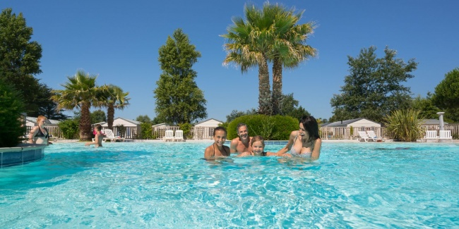 camping plage piscine chauffée palmier