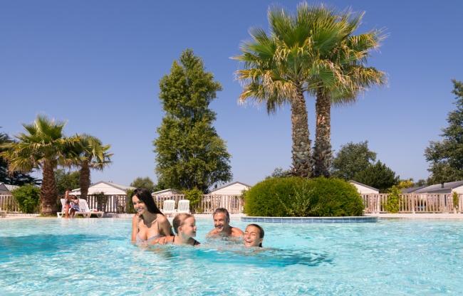 piscine extérieure chauffée - se baigner en famille
