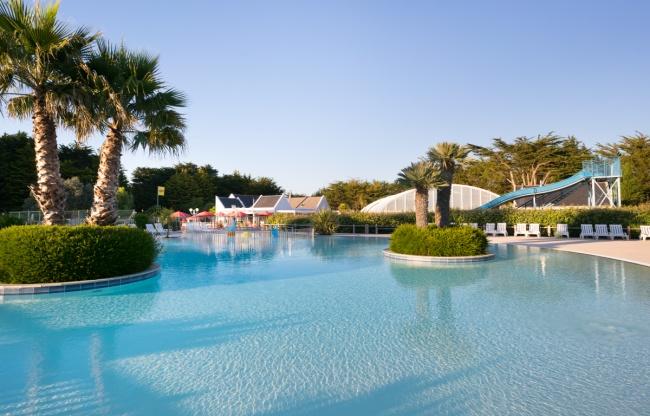 piscine extérieure chauffée - lagon et toboggan