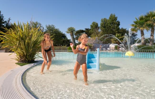 piscine extérieure chauffée - pataugeoire et jeux d'enfants