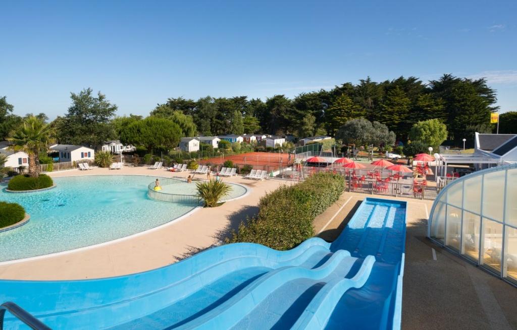 Camping en bretagne sud avec piscine et toboggan village for Piscine bretagne sud