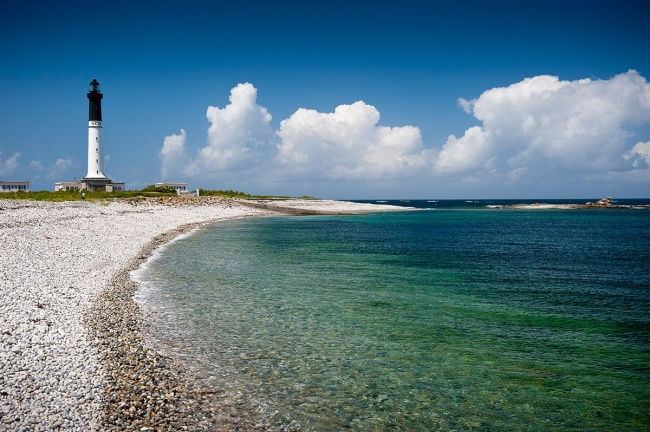 Camper près de l'île de Sein - vue sur le phare