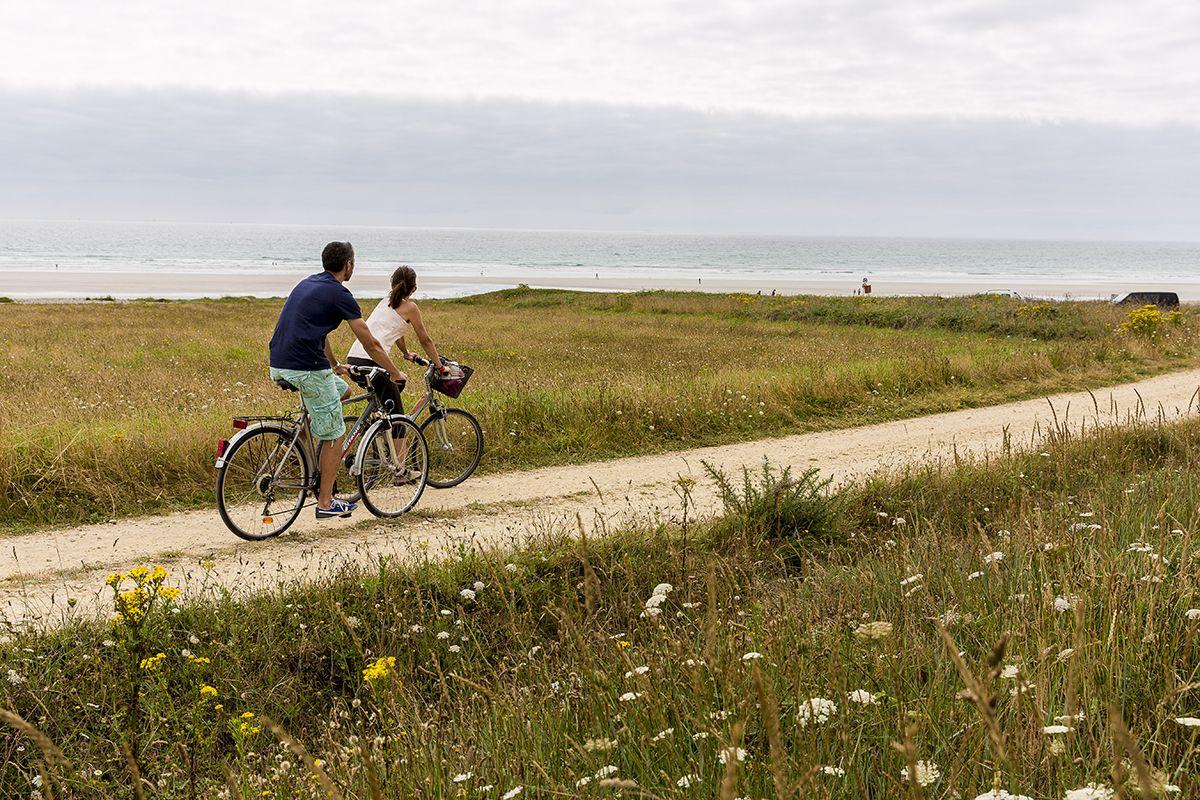 deux personnes se baladent en vélo sur la côte bretonne